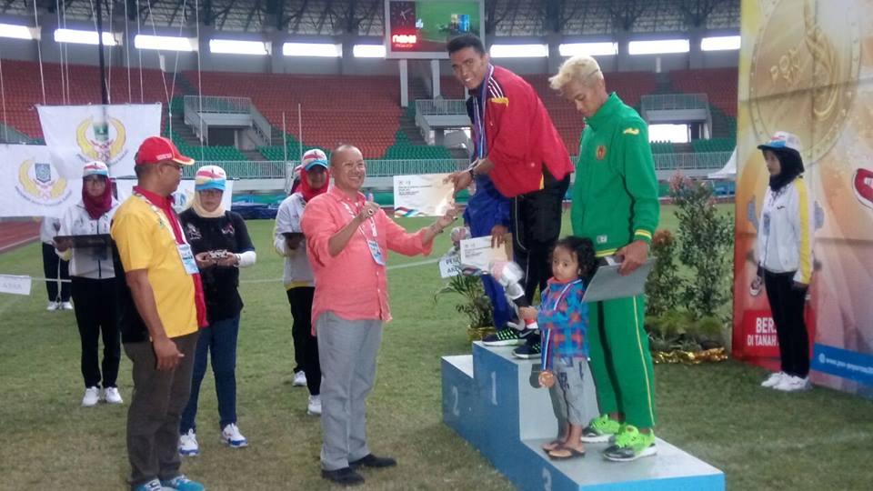 upacara-pengalungan-medali-emas-pada-yaspi-bobi-yang-telah-berhasil-finish-di-urutan-i-lari-200-meter-putra-pada-arena-pon-xix-jawa-barat