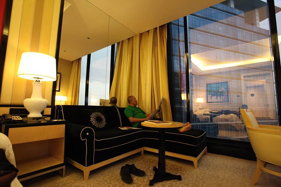 tampak-oknum-pengurus-tengah-santai-di-kamar-hotel-mewah