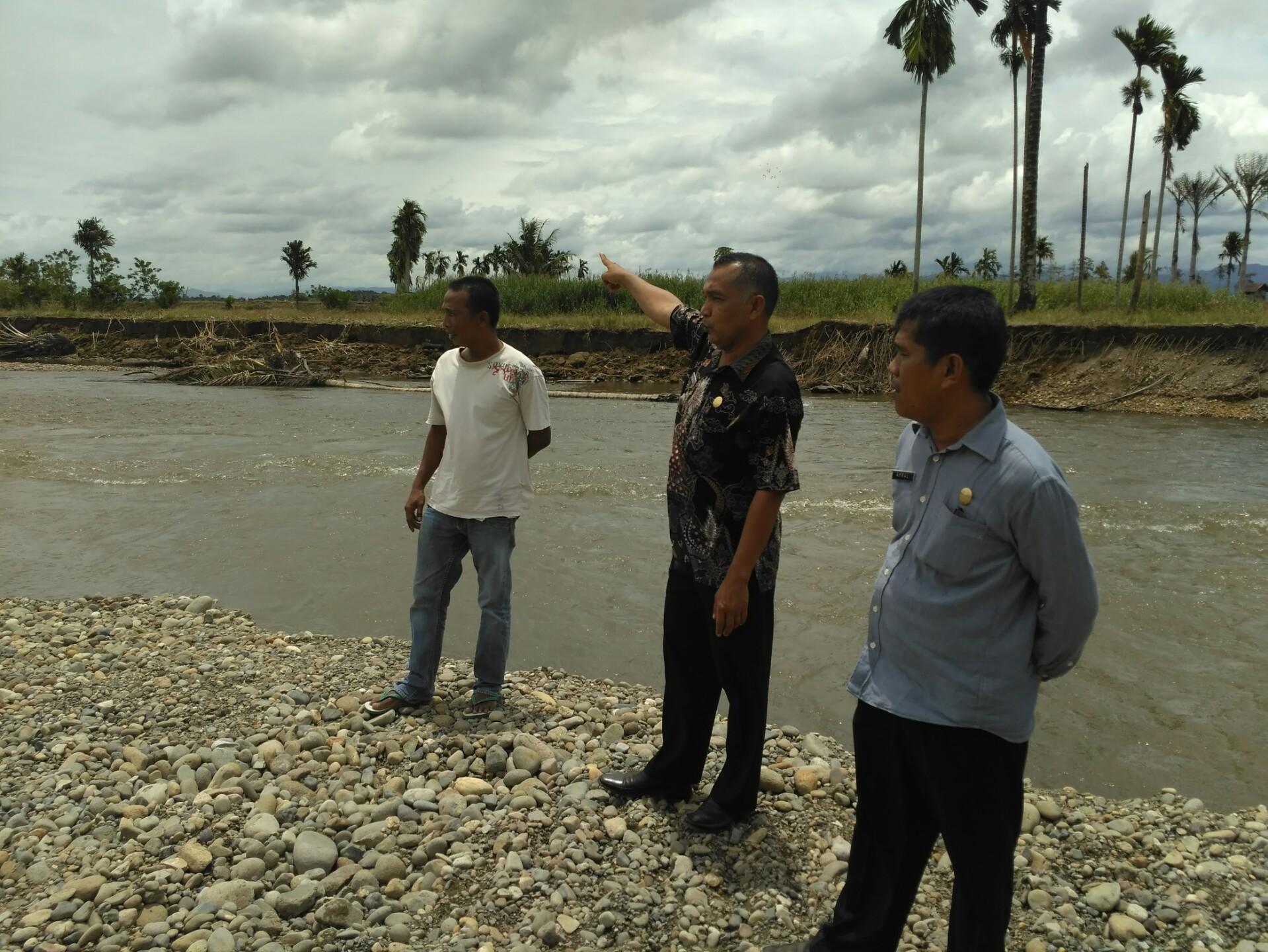 Camat Air Pura Junaidi, Apral Pj wali Inderapura Timur dan Catua pemuda setempat di lokasi quarry CV.Mutia Anugerah