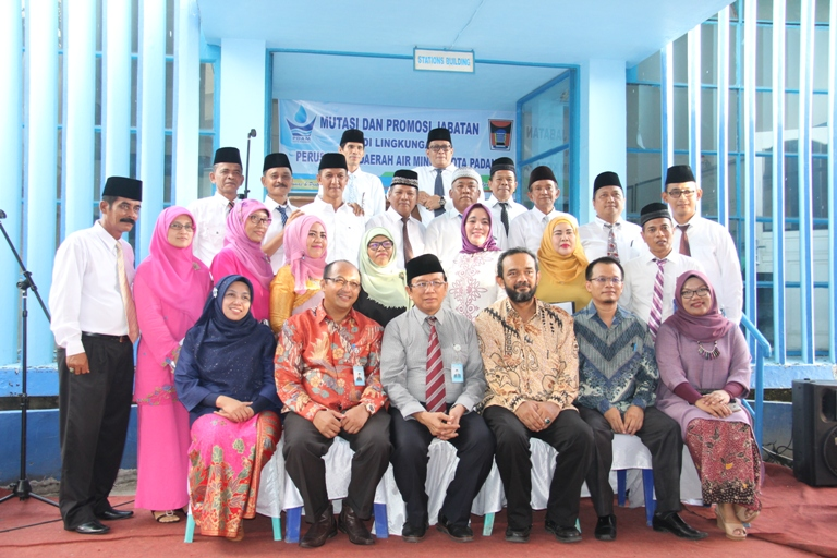 Foto bersama dengan jajaran direksi dan pengawas PDAM Padang.