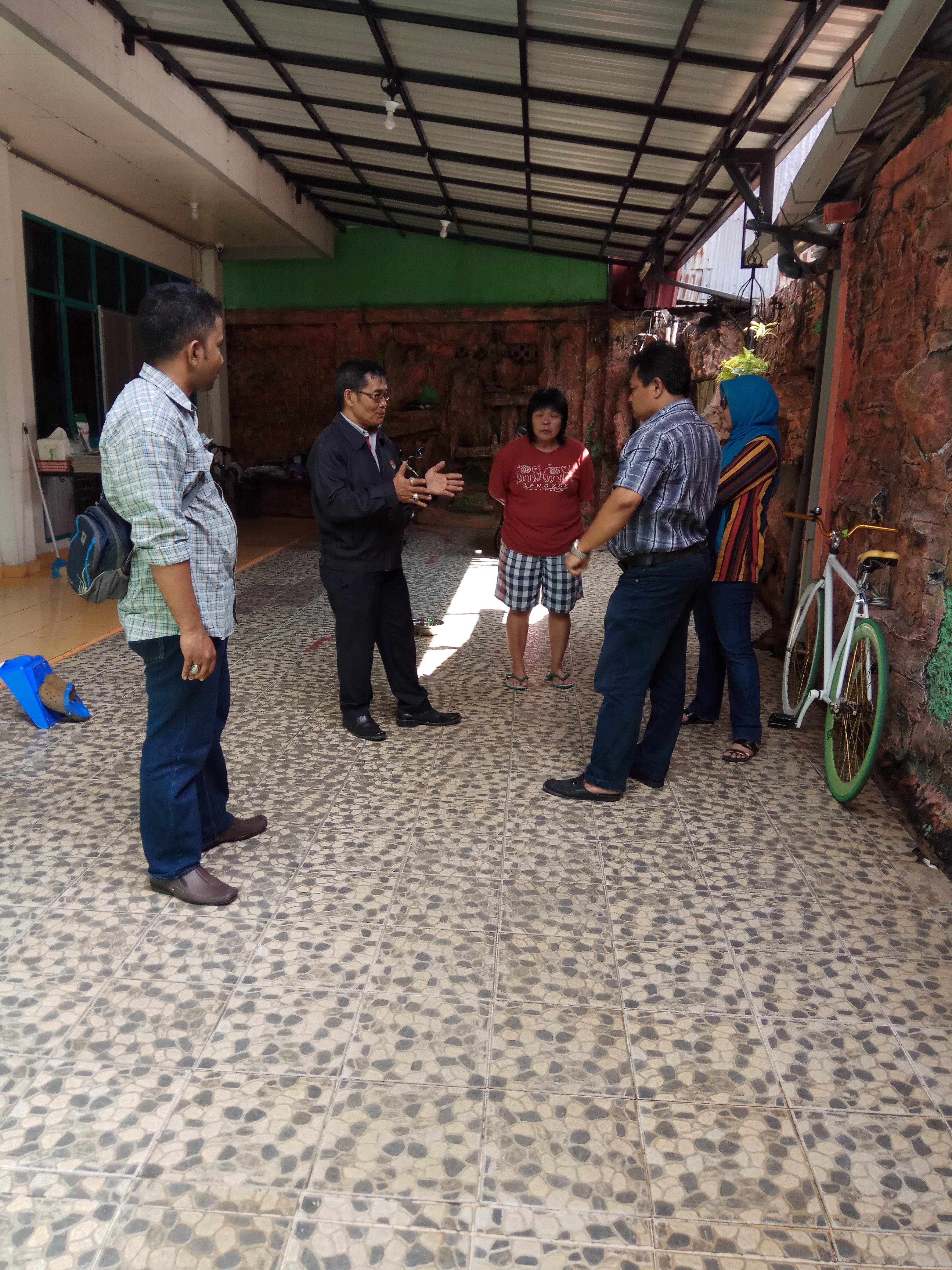 Nanda Talambenua ketika diwawancara Sumbar Post