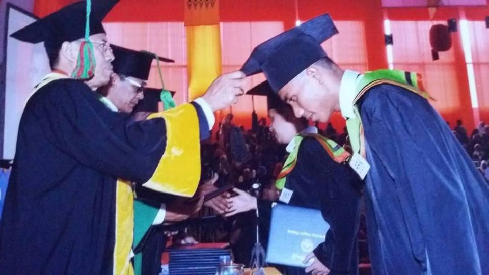 Rektor UNP Prof Ganefri Didampingi Wakil Dekan I FIK UNP Dr Yendrizal Membalikkan Jambul Toga Wisudawan (Foto Besar)
