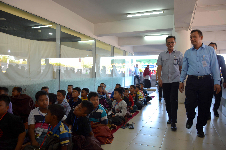 Direktur Produksi PT Semen Padang, Indrieffouny Indra membuka secara resmi sunatan massal