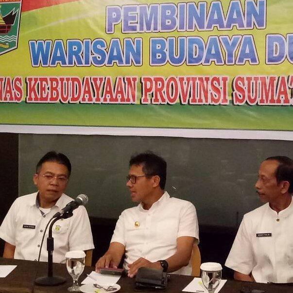 Kadis Kebudayaan Sumbar Taufik Efendi bersama Gubernur Irwan Prayitno dalam satu acara