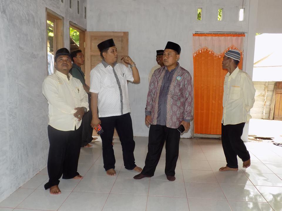Ketua FKAN Pauh IX mengecek rumah yang sudah dibangun untuk warga tidak mampu