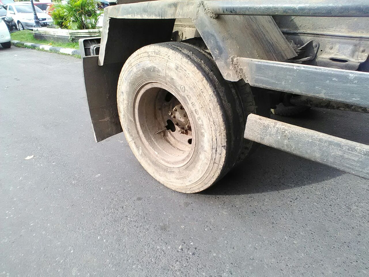 Ban mobil truk sampah sudah tidak layak pakai namun masih tetap dipakai