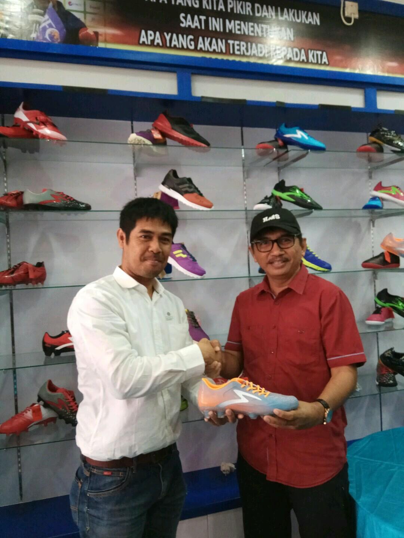 Nilmaizar bersama Pembeli Pertama Produk NM Sport Apparel