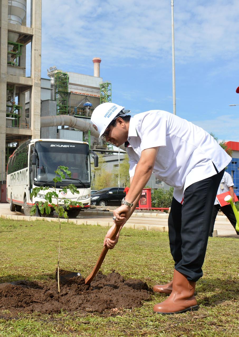 Pencanangan penanaman pohon 25 batang per karyawan oleh Dirut PT Semen Padang, Benny Wendry.