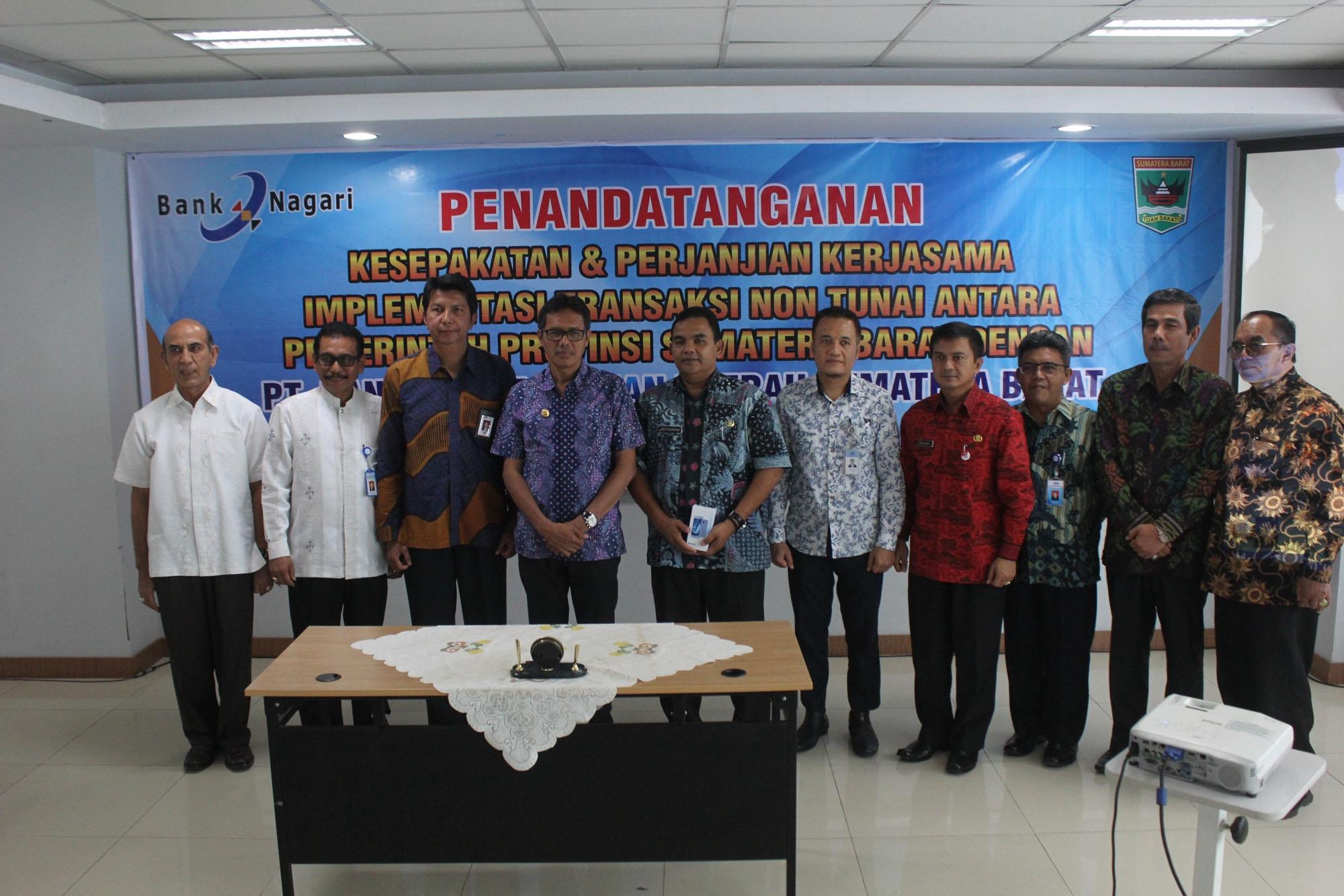 Foto bersama setelah acara penandatanganan kerjasama