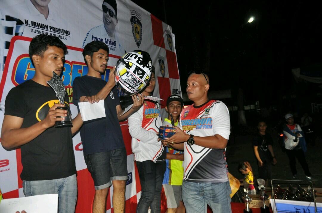 Ketua Harian IMI Sumbar Indra Junaidi Berikan Tropi Pada Pemenang Balap Motor Gubernur Cup Prix I