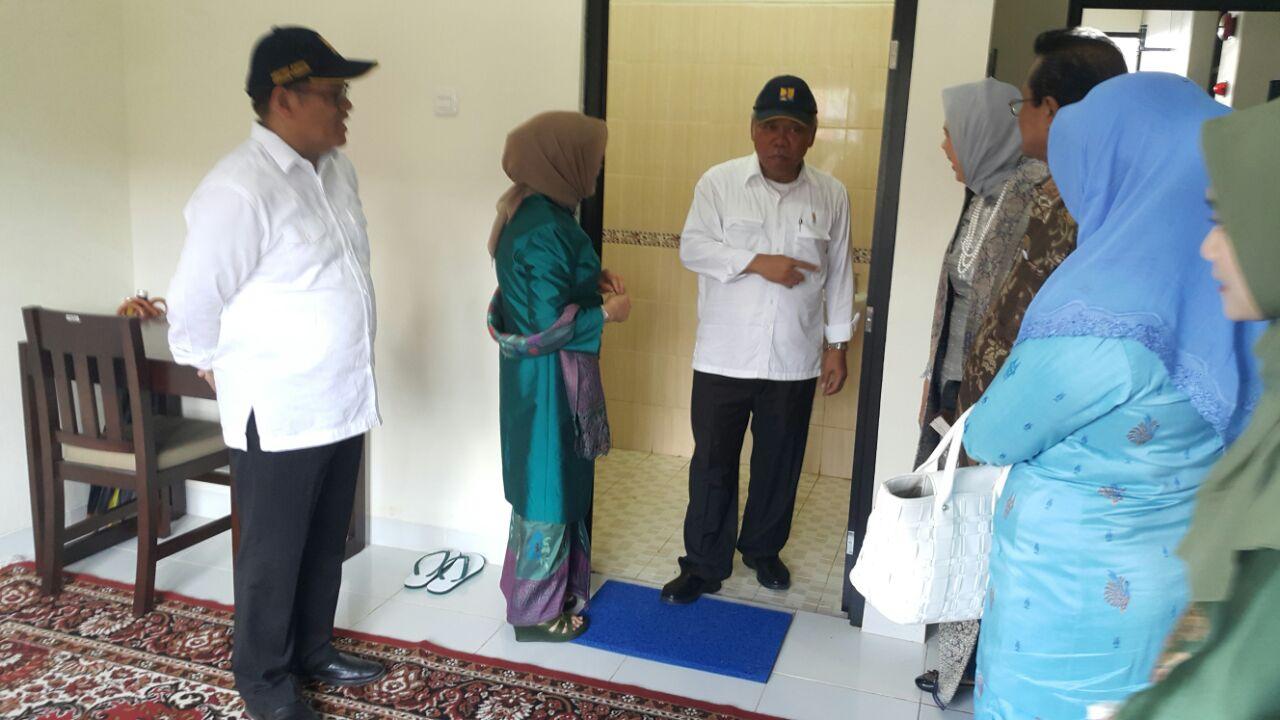 Menteri Basuki Bersama Hj Mufidah Jusuf Kalla Sedang Cek Kamar Mandi Rusunawa