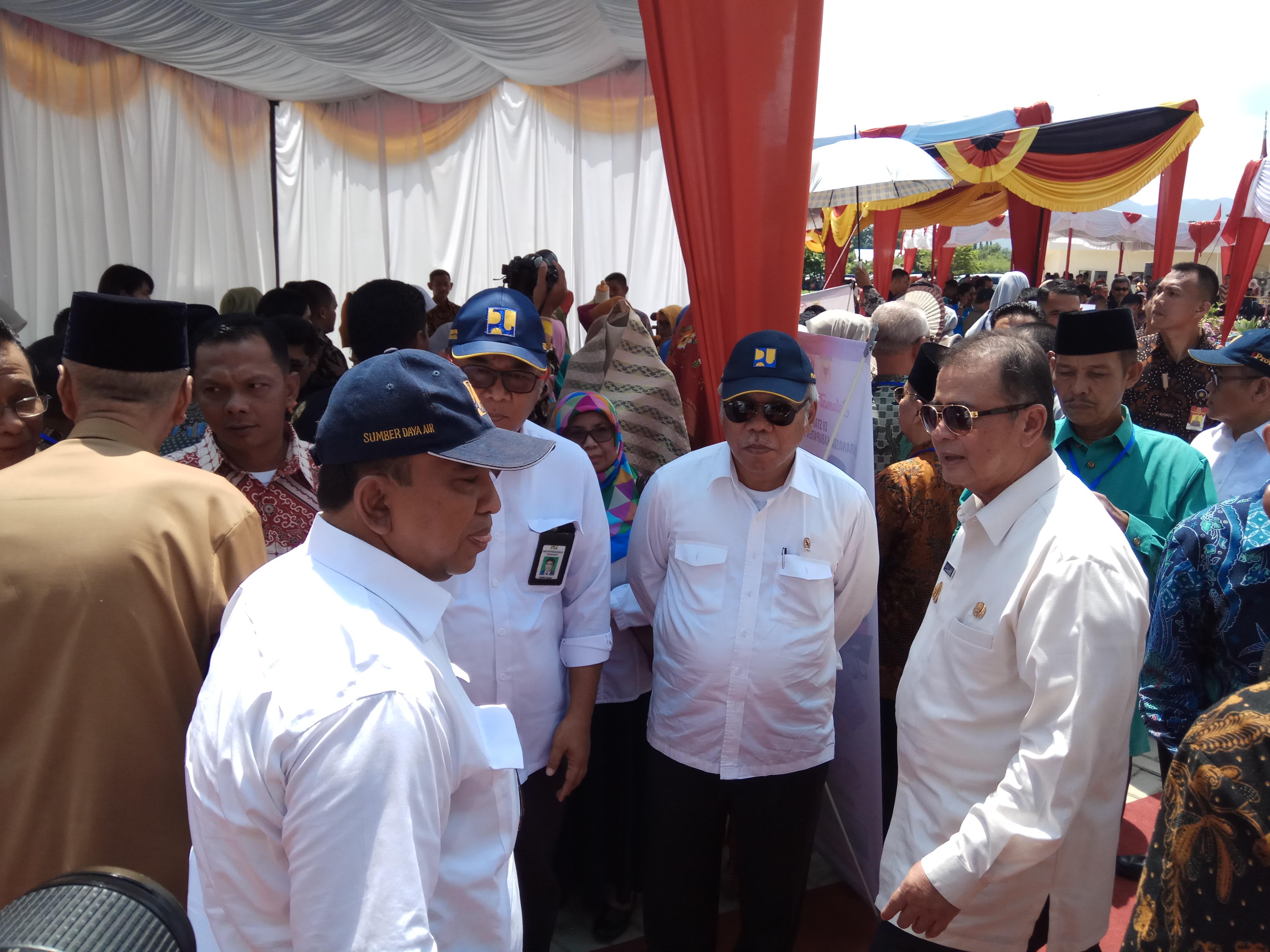 Menteri Basuki Sedang Berbincang Bincang dengan Wagub Nasrul Abit, Kepala Balai Wilayah Sungai Sumatera V Maryadi Utama, Kepala BPJN III Padang Syaiful Anwar