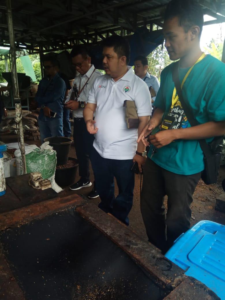 H. Febby Datuk Bangso, Staf Khusus Kebijakan Strategis Kemendes PDTT yang juga Ketua Forum Bumdes di pengolahan minyak goreng bekas Bumdes Panggung Lestari