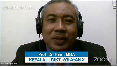 Kepala LLDIKTI Wilayah X Sumbar, Riau, Jambi dan Kepri Prof. Dr. Herri, MBA memberikan kata sambutan pada wisuda ke-40 STMIK Indonesia Padang