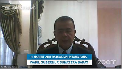 Wakil Gubernur Sumatera Barat H. Nasrul Abit Datuak Malintang Panai memberikan sambutan pada wisuda ke-40 STMIK Indonesia Padang
