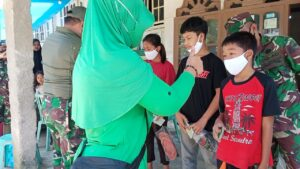 Dandim 0306/50 Kota Berikan Santunan Kepada Anak Yatim dan Warga Kurang Mampu di Lokasi Pra TMMD