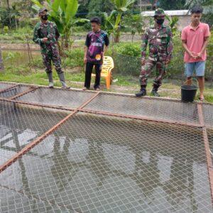Anggota Satgas TMMD Belajar Bersama Warga Mengenai Pembibitan Ikan