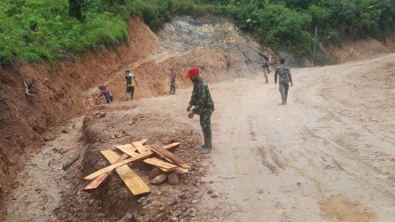 Tak Kenal Lelah Dalam Bertugas, Anggota Satgas TMMD Tetap Bekerja Di Bawah Hujan