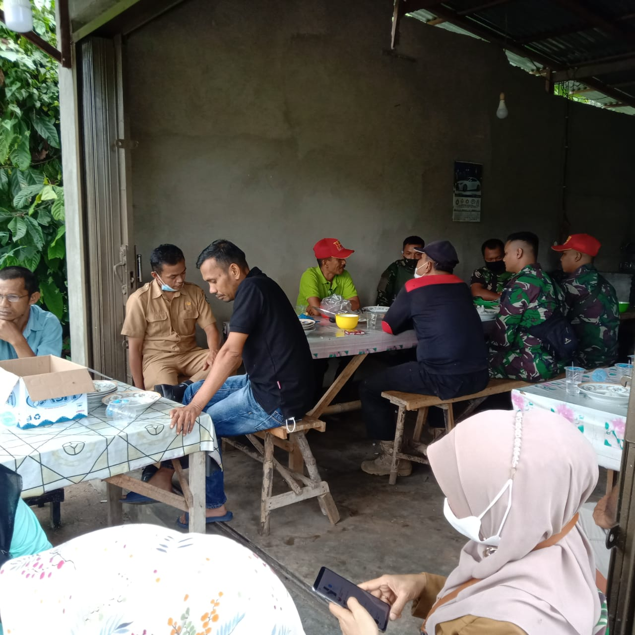 Wali Nagari Talang Maur Beri Jamuan Khusus Pada Anggota Satgas TMMD Pada Akhir Penugasan